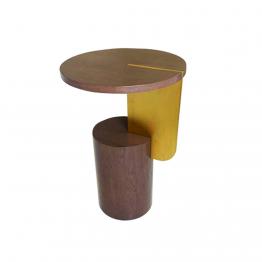 Mesa de apoio em madeira, com o pé em forma cilindrica, com um suporte em dourado e u o tampo em forma de circulo.