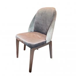 cadeira de jantar, com uma costa envolvente e pernas em madeira.